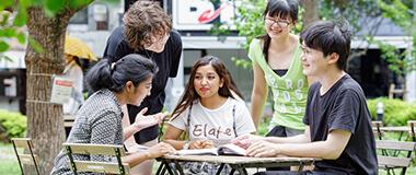 福岡市にある九州英数学舘の在校生たちの交流風景写真