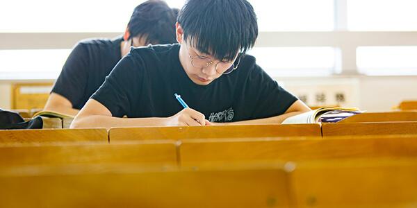 福岡市にある九州英数学舘国際言語学院の大学進学準備コース学習風景写真