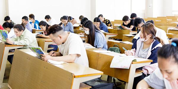 専門学校「九州英数学舘」(福岡市)の大学進学科学習風景写真